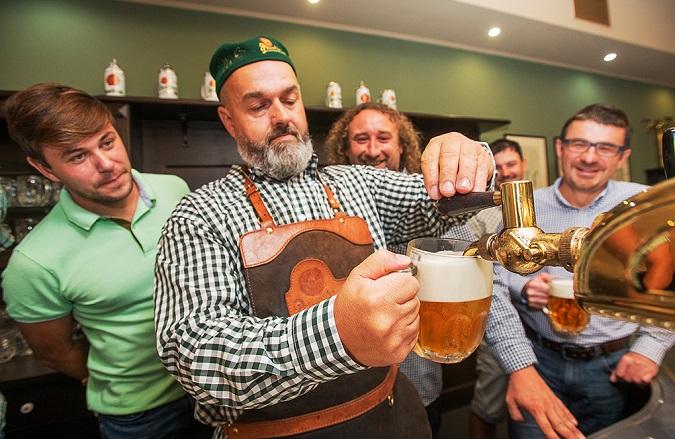 účastníci Škola čepování piva v Plzeňském Prazdroji